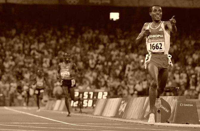Kenenisa Bekele, etiope, è l'erede di uno dei mostri sacri del fondo olimpico, Haile Gebrselassie, anche lui etiope. Bekele vince a Pechino 5mila e 10mila (Ap)