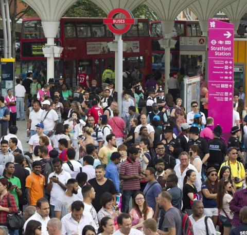 La folla in attesa di entrare nello Stratford Centre, dove sta avvenendo la cerimonia dei giochi (Reuters)