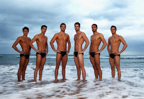 La squadra olimpica di nuoto australiana al completo in una immagine scattata sulla costa prima di partire per Londra