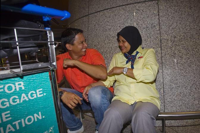 Sorridente insieme al marito all'aeroporto (Epa/Yusni)