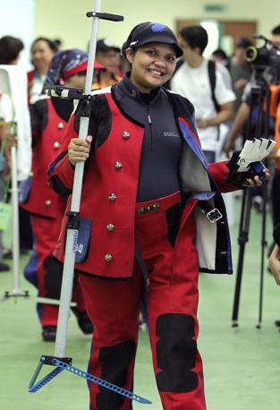 Un doppio record battuto in un sol colpo. Nur Mohamed Suryani Taibiun è la prima donna a rappresentare la Malesia  alle Olimpiadi e la prima a gareggiare all'ottavo mese di gravidanza (Epa)