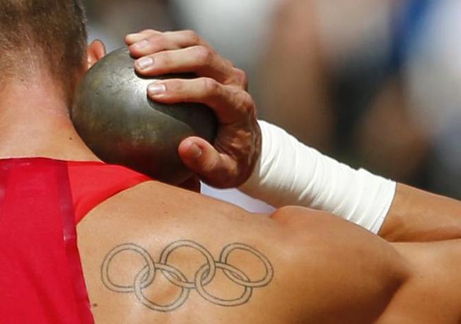 Tatuaggi a cinque cerchi per gli atleti olimpici di Londra 2012. Nella foto Trey Hardee (Usa), durante le competizioni del decathlon (Reuters)