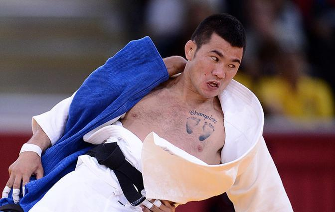 Judo, il bizzarro disegno sul petto del mongolo t Tsagaanbaatar Khashbaatar (Afp)