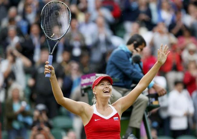 Il saluto al pubblico dopo la vittoria (Reuters/Wermuth)