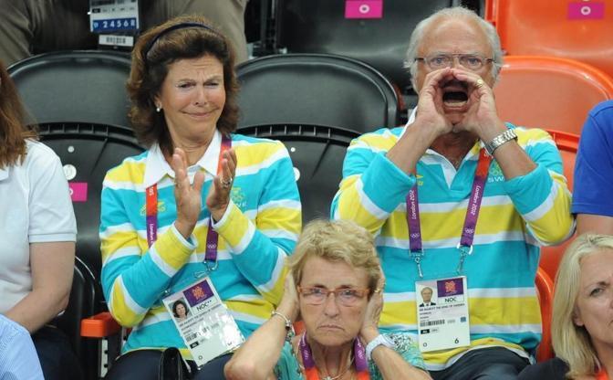 Dagli spalti Carlo Gustavo di Svezia incita a squarciagola il team svedese di pallamano ai Giochi di Londra. A quanto pare � servito a qualcosa: la Svezia ha battuto la Danimarca per 24 a 22. Meno contenta di tanto entusiasmo regale, la signora Maryvonne Brihault, un gradino sotto il 66enne sovrano, moglie del presidente della Federazione europea di pallamano (Dpa)