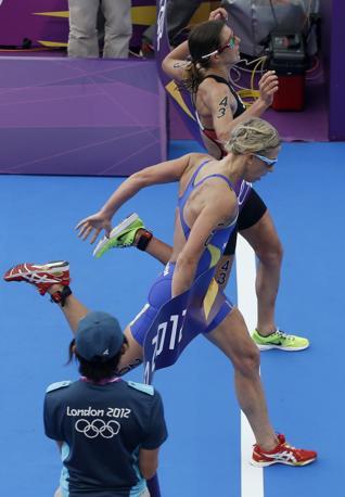 Triathlon femminile: vittoria allo sprint della svizzera Spirig (in alto nella foto) dopo quasi due ore di gara (Ap\Cummings)