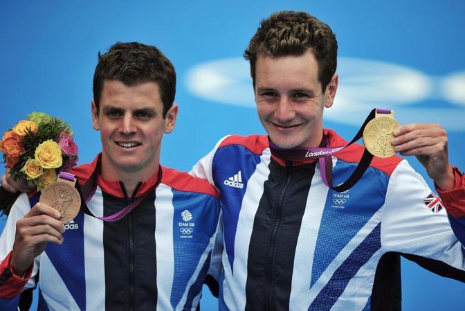 I due fratelli Brownlee, Alistair, medaglia d'oro, e Jonny (di bronzo), festeggiano sul podio (Epa/Hannibal)