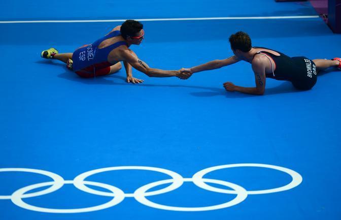 I due vincitori si stringono la mano al'arrivo (Afp/Simon)