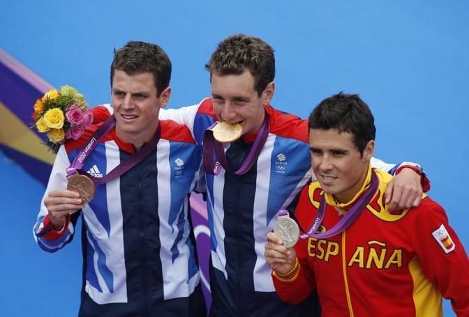 I due inglesi con la medaglia d'argento, lo spagnolo Javier Gomez (Ap/Hong)