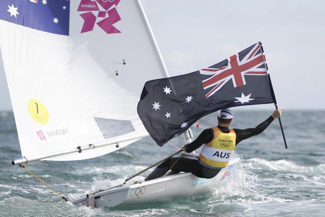 L'australiano Tom Slingsby esulta per l'oro nella vela, categoria laser, ma cade in acqua mentre esulta (Ap)