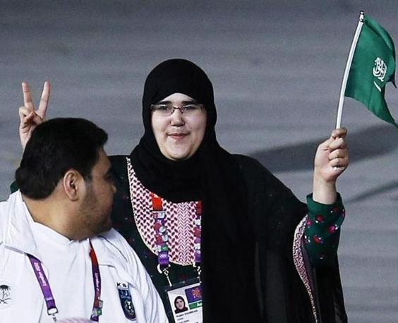 La judoka Wodjan Ali Seraj Abdulrahim Shaherkani alla cerimonia inaugurale col velo. � la prima saudita a partecipare a un'Olimpiade (Ansa/Brady)