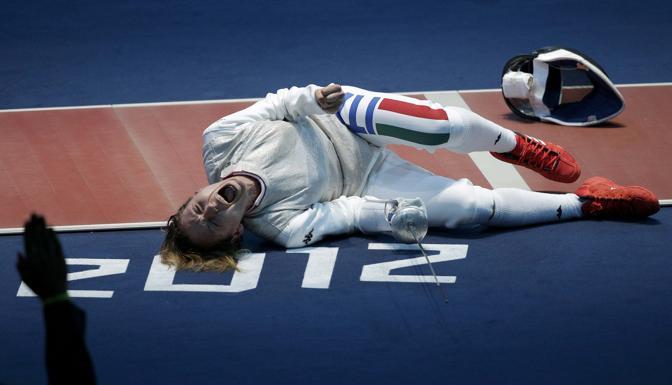 Vezzali, portabandiera azzurra, celebra la vittoria ai quarti (Reuters)