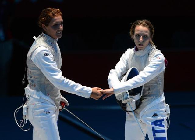 Stretta di mano tra Errigo e Vezzali: visibile la delusione della seconda, che puntava al quarto oro individuale (Afp)
