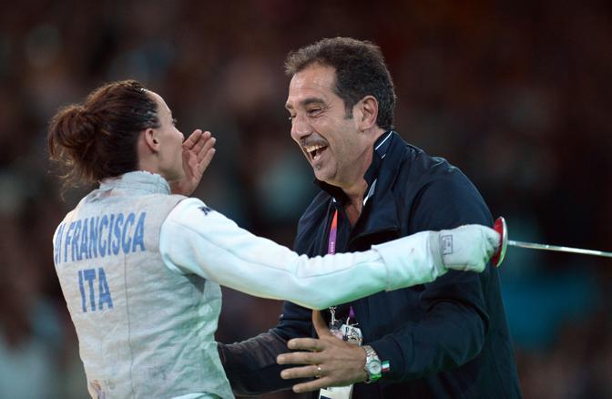 Elisa Di Francisca (qui con il suo allenatore) ha sconfitto l'altra azzurra Arianna Errigo e conquistato l'oro: il podio della scherma con fioretto è tutto italiano (Afp)