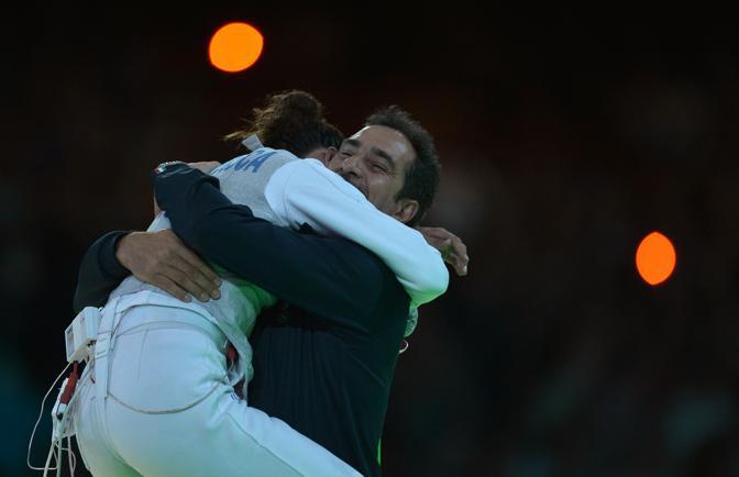 Elisa Di Francisca abbraccia il suo coach (Afp)