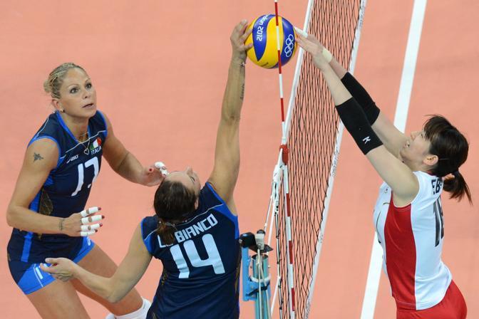 Nel terzo set il Giappone ha stretto ancora di pi� le sue maglie difensive, l'Italia ha trovato maggiore difficolt� in attacco, si � fatta staccare e la rimonta non � riuscita (Afp/Kudryavtsev)