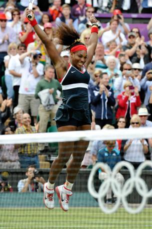 Dopo la vittoria in singolare, Serena non riesce a trattenersi e improvvisa un balletto sul Centrale di Wimbledon (Mason)