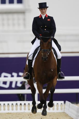 Spalti pieni al Greenwich Park di Londra per il debutto alle Olimpiadi di Zara Phillips, nipote 31enne della regina Elisabetta, che compete nelle gare di equitazione (Ap)