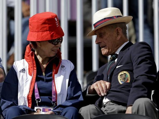 La principessa Anna, mamma di Zara, con il principe Filippo, marito della regina Elisabetta. La madre di Zara è membro del Comitato olimpico internazionale (Cio) e nel 1976 anche lei partecipò alle Olimpiadi per l'equitazione, a Montreal. Il padre di Zara, il capitano Mark Phillips, è un coach della squadra americana di equitazione (Ap)