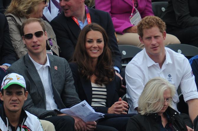 In forze i membri della Casa Reale arrivati al Greenwich Park per applaudire Zara al suo debutto olimpico in sella a High Kingdom: i principi William e Harry e la duchessa di Cambridge (Afp)