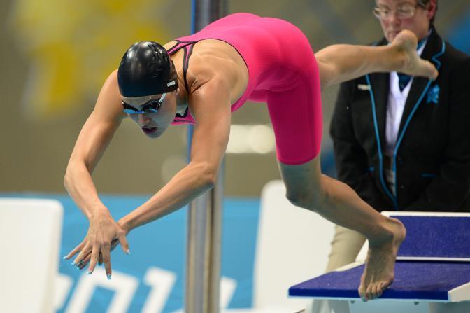 Un costume rosa per la bella nuotatrice impegnata nella semifinale dei 200 metri farfalla (Afp/Bureau)