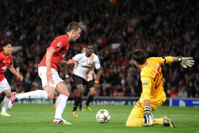 Michael Carrick regala al Manchester United l&#39;1-0 contro il Galatasaray (Epa/Powell)