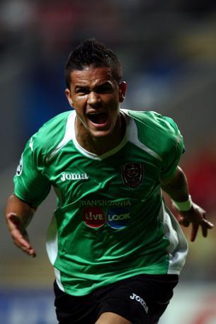 A sorpresa i rumeni del Cluj mandano in crisi lo Sporting Braga: 0-2, l'esultanza di Bastos , autore di una doppietta (Epa/Silva)