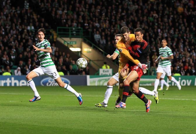 Lotta dura tra Celtic e Benfica: 0-0 ma diverse emozioni. Un contrasto tra Rodrigo e il portiere Forster (Afp/MacNicol)