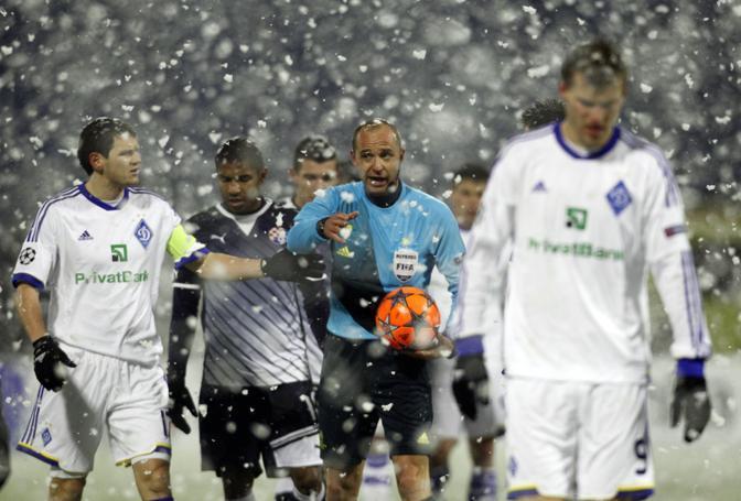 Dinamo Zagabria-Dinamo Kiev 1-1.  L'incontro, giocato sotto una fitta nevicata, è stato anche fermato per 20'  proprio per il maltempo. La gara era irrilevante ai fini della classifica del gruppo A, con i croati già eliminati. Kiev in Europa League (Reuters/Bronic)