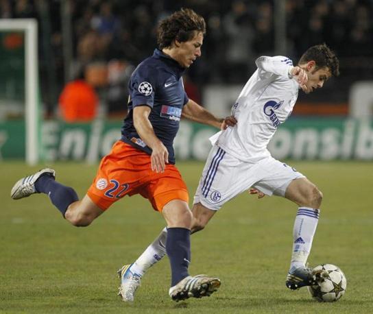 Montpellier-Schalke 04 1-1. A segno i tedeschi con Howedes e Herrera per i francesi. Approfittando della contemporanea sconfitta dell'Arsenal in Grecia lo Schalke mantiene il primato del gruppo B (Epa/Horcajuelo)