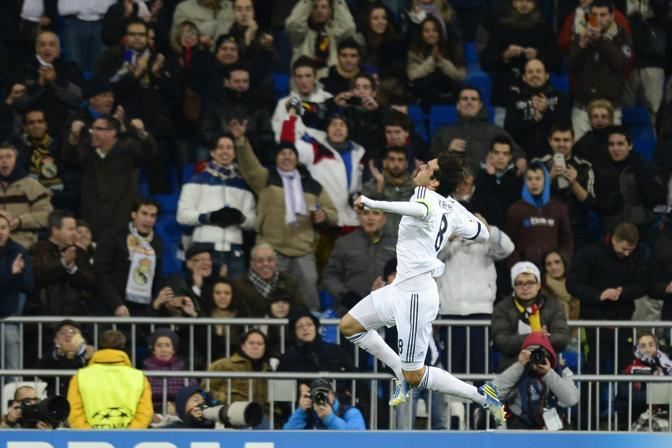 Real Madrid-Ajax 4-1. Gli uomini di Mourinho dilagano contro gli olandesi. Il terzo gol porta la firma di Kakà, capitano per l'occasione. Ajax comunque in Europa League (Afp/Soriano)