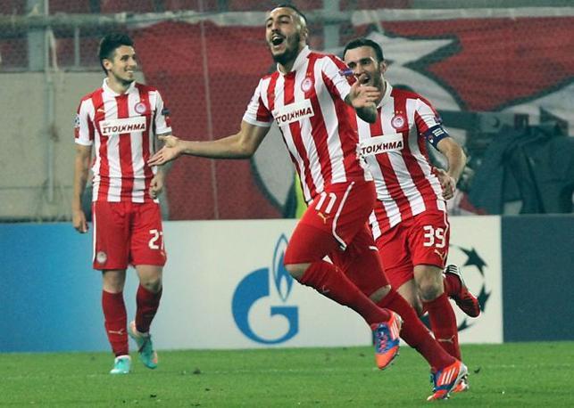 Olympiacos-Arsenal 2-1. Maniatis e Mitroglou (nella foto) danno ai greci il terzo successo nel Gruppo D, irrilevante perché erano comunque già qualificati all'Europa League. Per i Gunners sfuma la chance di conquistare il primato (Epa/Panagiotou)