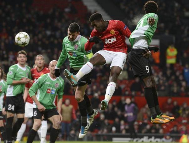 Manchester United- Cluji 0-1: duello aereo tra Sougou ( in maglia rossa) e Diego Valente (Ellis\Afp)