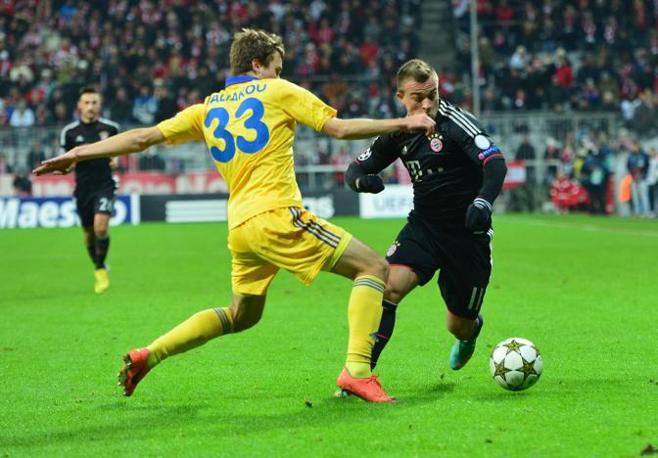 Bayern Monaco- Bate Borisov 4-1: il giocatore del Bayern Shaqiri supera il bielorusso Polyakov Joensson\Ap)
