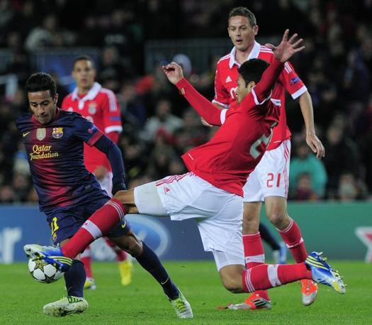 Barcellona-Benfica 0-0: Thiago Alcantara (a sinistra) supera Marcelo Garay (Lago\Ap)