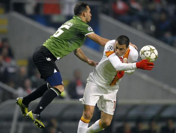 Braga-Galatasaray 1-2: Vinicio (Braga, a sinistra) travolge Yilmaz (Riopa\Afp)