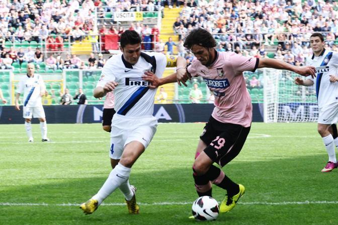 Javier Zanetti in azione nei primi minuti di Palermo-Inter. Un contrasto con Santiago Garcia (Ansa/Palazzotto)