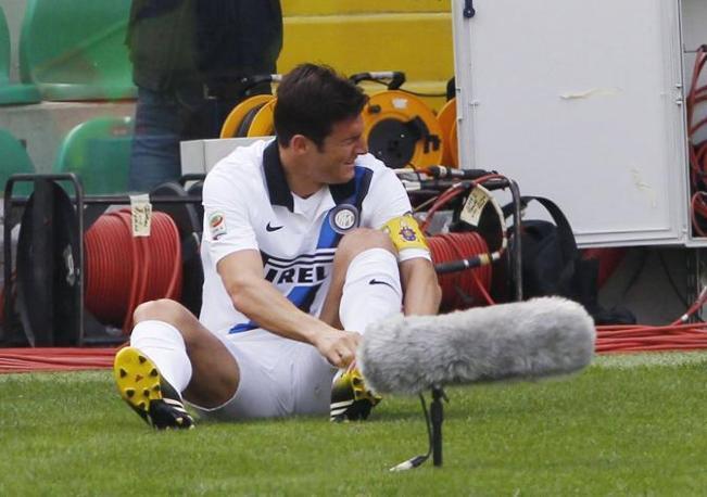 Dopo 13', improvvisamente, il capitano nerazzurro avverte un dolore alla caviglia sinistra e si accascia nel campo per destinazione (Ipp/Pappalardo)