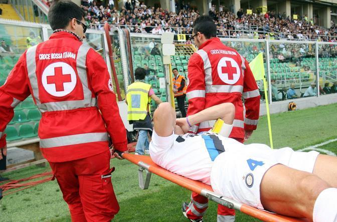 Il capitano dell'Inter trasportato fuori dal campo (Fotopress/Terruso)
