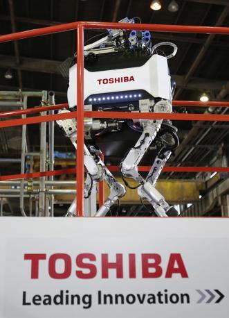Il nuovo robot «a quattro zampe», presentato dalla Toshiba, e progettato per interventi in aree contaminate da radiazioni nucleari. Il «quadrupede» va ad aggiungersi a una serie di «volontari meccanici» destinati a missioni di controllo e di bonifica nella centrale nucleare di Fukushima.