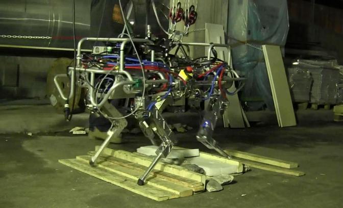 Il primo prototipo di HyQ è del 2010, oggi il robot si presenta in una versione munita di dispositivi di visione artificiale, un laser 3D e due videocamere stereo per il riconoscimento del terreno