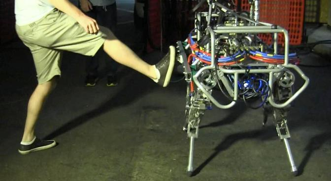 Il robot quadrupede HyQ è in grado di mantenere l'equilibrio anche dopo avere ricevuto una spinta laterale, come un calcio