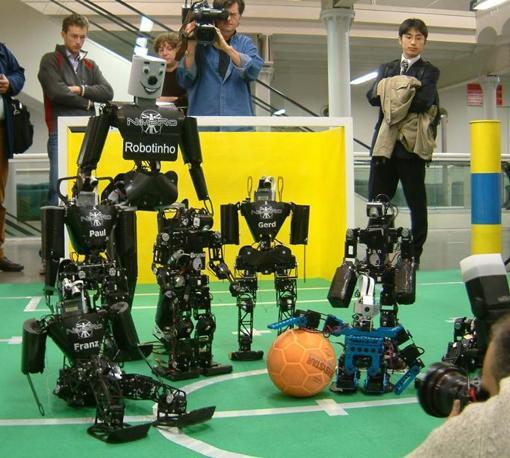 Robovie-M assieme ai suoi compagni di calcio in una dimostrazione del progetto RoboCup a Genova
