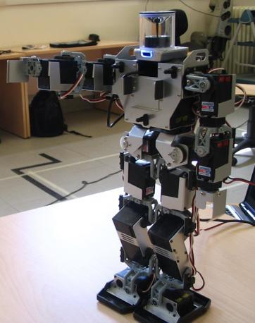 Il piccolo robot Kondo utilizzato nei laboratori IAS Lab per ricerche sulla robotica umanoide. In questa foto il robot al posto della testa ha una telecamera con visione a 360 gradi