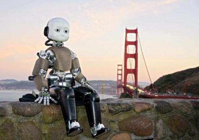 iCub in visita a San Francisco. E' alto 107 centimetri e pesa 22 chili, ha le sembianze di un bambino di 4 anni