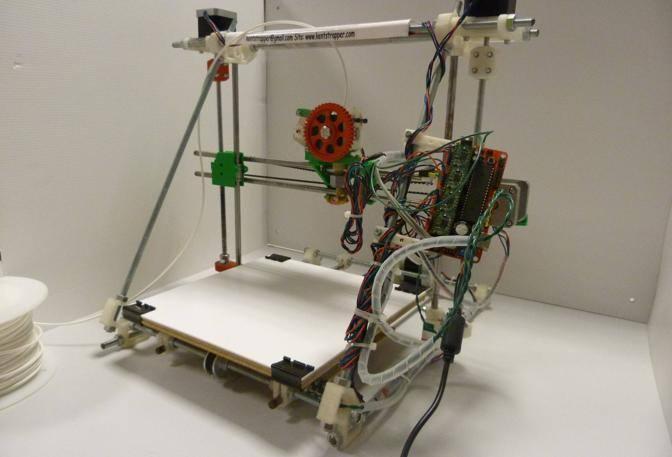 Galileo Next: 660 euro + IVA in KIT -  L'aspetto artigianale non deve trarre in inganno: Galileo Next è la terza generazione di stampanti 3D proposte da Kent's Strapper, l'azienda messa in piedi già due anni fa nei pressi di Firenze dall'intraprendente famiglia Cantini, prima che il 3D personale prendesse piede.