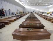 Le bare dei migranti annegati allineate nell'hangar dell'aeroporyo