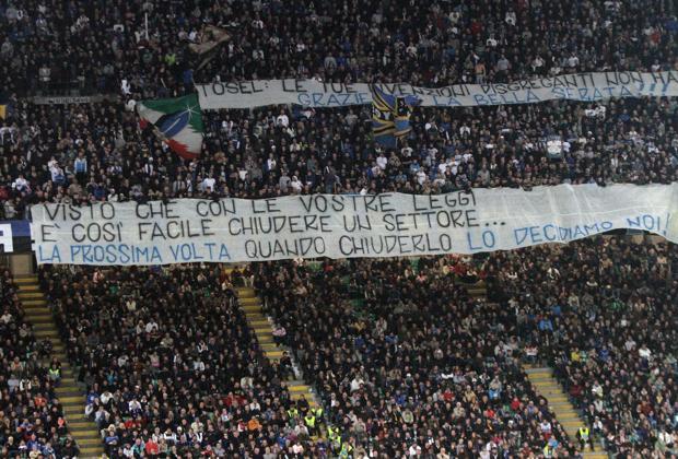 La protesta della Curva Nord dell'Inter sabato, durante Inter-Roma, dopo la decisione del giudice sportivo Giampaolo Tosel di chiudere il settore per un turbno (Ansa/Bazzi)
