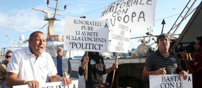 La contestazione dei lampedusani ai politici (Ansa)