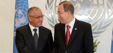 Ali Zeidan (a sinistra) con il segretario generale delle Nazioni Unite Ban Ki-moon il 25 settembre a New York (Ap)